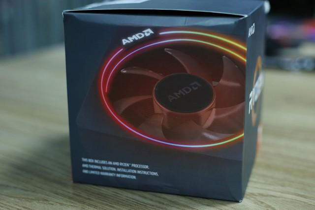 AMD cũng tiện thể khoe luôn quạt tản nhiệt Wrait Prism sở hữu đèn LED RGB của chiếc Ryzen 7 2700X này ngoài vỏ hộp.
