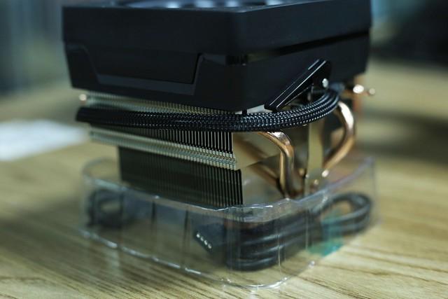 Các tấm đồng được xếp đều, mạ niken bóng loáng, lõi truyền nhiệt cũng bằng ống đồng.