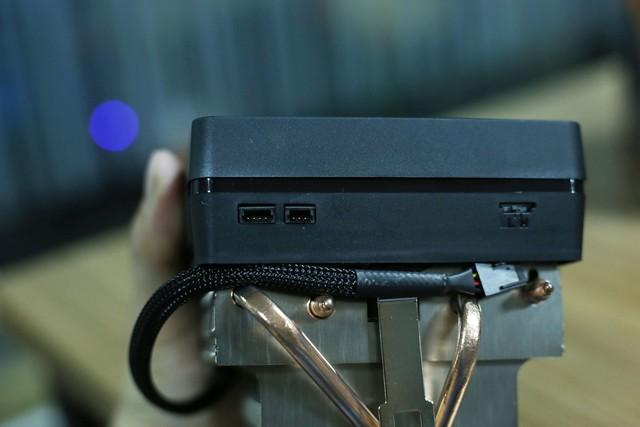 Để đồng bộ hóa đèn LED thì AMD cũng để sẵn các cổng kết nối tới mainboard.