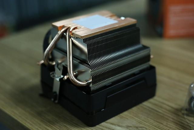 Tổng cộng bộ tản nhiệt này có tới 4 ống dẫn nhiệt, tiếp xúc trực tiếp với CPU.