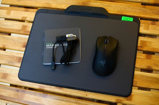 Bộ sản phẩm bên trong bao gồm chuột Mamba + bàn di Firefly Hyperflux, dây USB rời và sách hướng dẫn sử dụng.