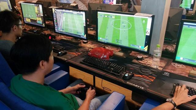 """Một người chơi chia sẻ rằng: """"Sử dụng bàn phím thì mình chỉ chơi tối đa được 5 trận vì quá mỏi tay, nhưng từ khi chuyển qua tay cầm thì vô tư rồi"""""""