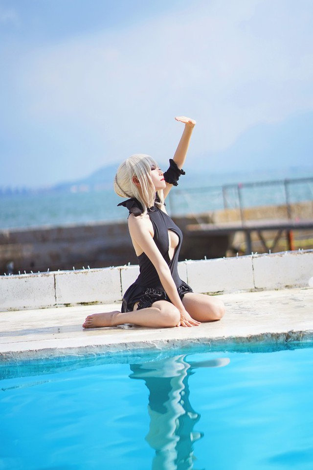 Cosplay Saber ăn kem cực gợi cảm bên bể bơi - Ảnh 9.
