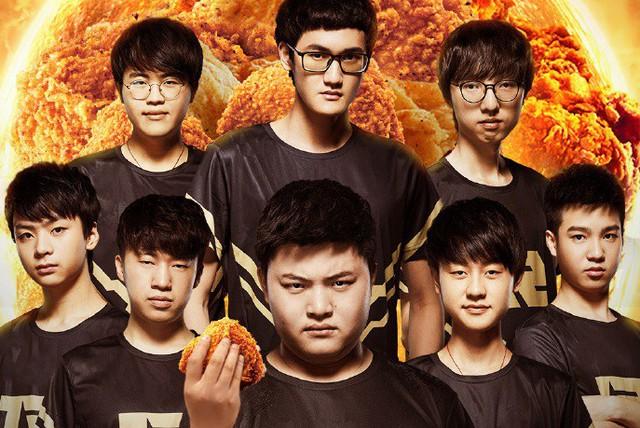 Thương hiệu đồ ăn nhanh nổi tiếng KFC chính thức trở thành nhà tài trợ cho RNG, nhìn Uzi cầm miếng gà rán mà thèm - Ảnh 1.
