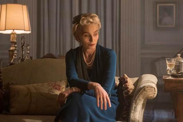 """Trong Giờ Đen Tối, nữ minh tinh Kristin Scott Thomas sẽ vào vai Phu nhân Clementine Churchill, """"cánh tay đắc lực"""" của Winston Churchill trong những giờ phút khó khăn nhất."""