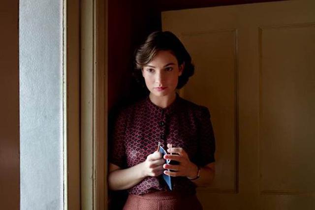 """Còn """"nàng Lọ Lem"""" Lily James sẽ xóa bỏ hình tượng công chúa mộng mơ để vào vai cô Thư ký trẻ và giàu lòng yêu nước Elizabeth Layton"""