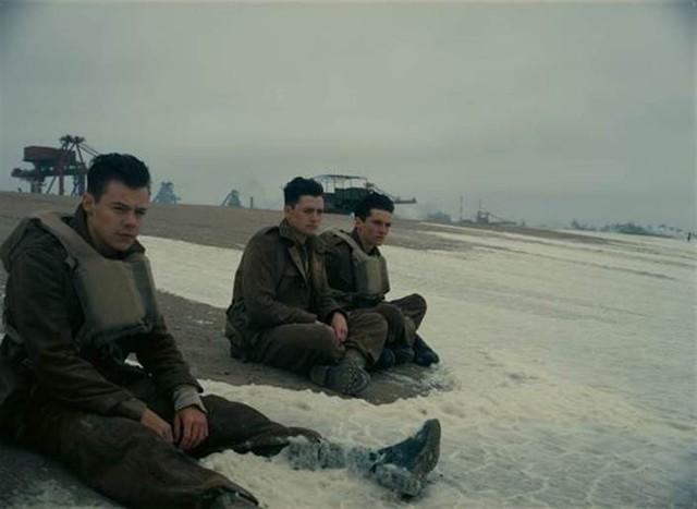 Cuộc Di Tản Dunkirk quy tụ dàn diễn viên điển trai, nổi bật là nam ca sĩ hào hoa Harry Styles (trái).