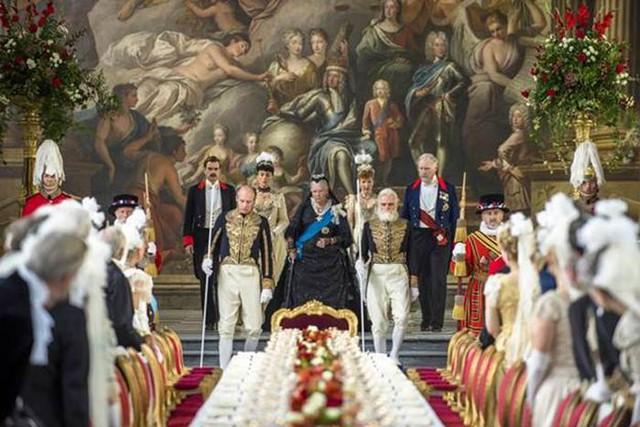 Mở đầu bộ phim là Lễ kỷ niệm xa hoa, lộng lẫy, đánh dấu 50 năm cầm quyền của Nữ hoàng Victoria