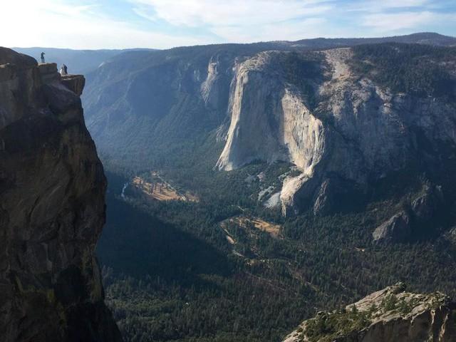 Chụp ảnh tự sướng trên vách đá dựng đứng, vợ chồng Travel Blogger rơi xuống vực chết thảm - Ảnh 1.