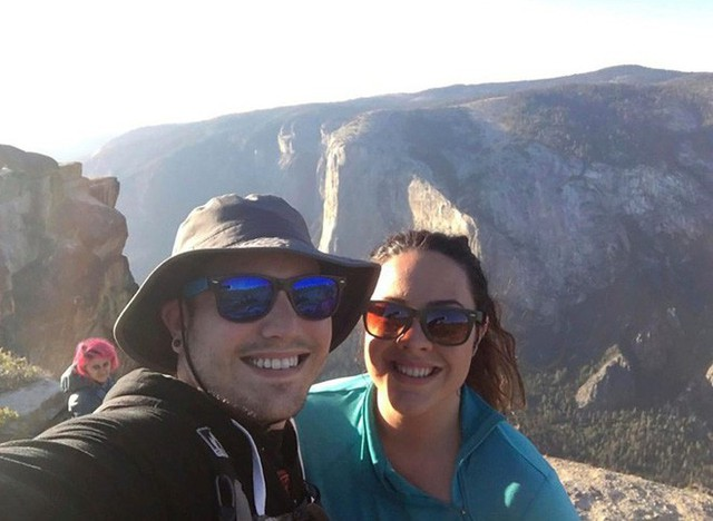 Chụp ảnh tự sướng trên vách đá dựng đứng, vợ chồng Travel Blogger rơi xuống vực chết thảm - Ảnh 4.