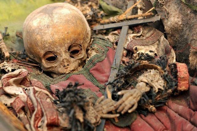 Bùa ngải, xác người chết và những thứ kinh dị thường được giấu trong tường nhà - Ảnh 1.