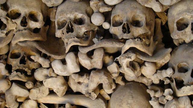 Bùa ngải, xác người chết và những thứ kinh dị thường được giấu trong tường nhà - Ảnh 2.