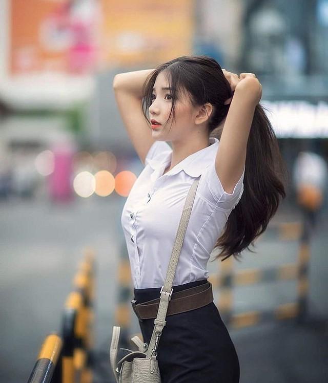 Rời bỏ đồng phục nữ sinh, loạt hot girl gợi cảm bất ngờ với style đốt mắt dân mạng - Ảnh 1.