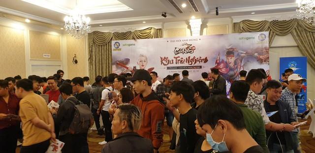 Đứng đến… nách cô nàng người mẫu Tây, đây có lẽ là lần cosplay đáng quên nhất của 2 thanh niên Việt - Ảnh 19.