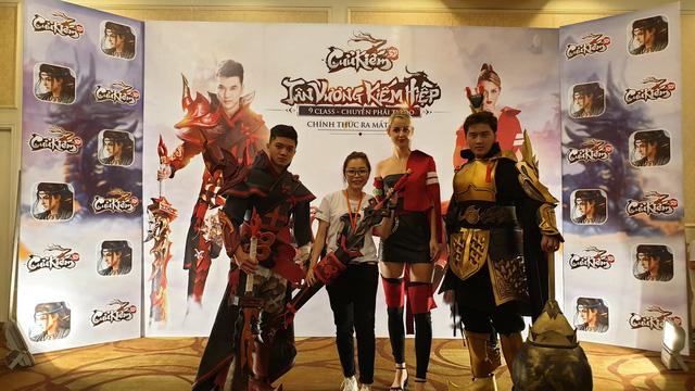 Đứng đến… nách cô nàng người mẫu Tây, đây có lẽ là lần cosplay đáng quên nhất của 2 thanh niên Việt - Ảnh 5.