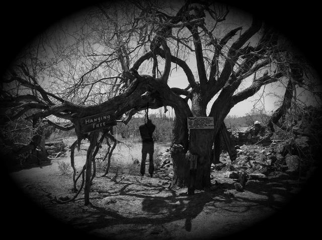 Kinh dị ngày Halloween: Khi xác chết người thật được sử dụng làm hình nộm trang trí - Ảnh 4.