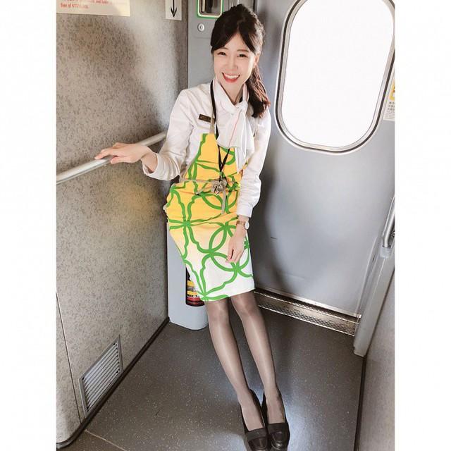 Lột bỏ đồng phục, cô nàng nhân viên đường sắt khoe body gợi cảm, nhan sắc hot girl xinh bất ngờ - Ảnh 8.