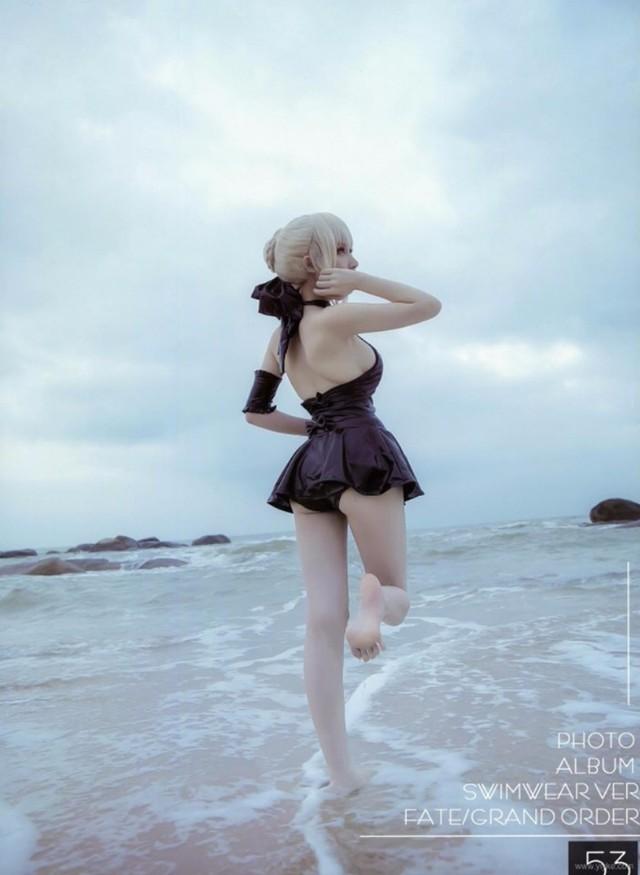 Nàng Saber Alter khoe thân hình cực nuột bên bờ biển khiến fan hâm mộ không khỏi xao xuyến - Ảnh 11.