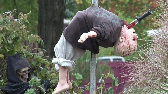 Dư luận tranh cãi về những màn trang trí Halloween khiếp đảm: Thú vị hay đáng dẹp bỏ? - Ảnh 4.