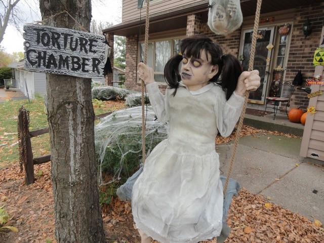 Dư luận tranh cãi về những màn trang trí Halloween khiếp đảm: Thú vị hay đáng dẹp bỏ? - Ảnh 14.