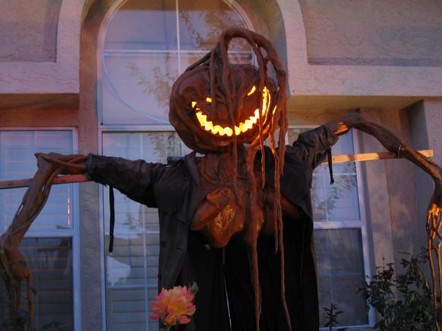 Dư luận tranh cãi về những màn trang trí Halloween khiếp đảm: Thú vị hay đáng dẹp bỏ? - Ảnh 13.