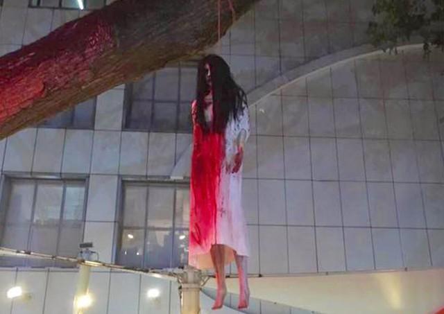 Dư luận tranh cãi về những màn trang trí Halloween khiếp đảm: Thú vị hay đáng dẹp bỏ? - Ảnh 16.