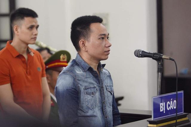 Khá Bảnh cười tươi vẫy tay chào mọi người khi vừa bước xuống xe thùng đến phiên xét xử - Ảnh 11.