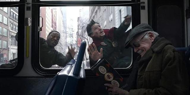 Marvel tri ân 1 năm ngày mất của Stan Lee với bức vẽ bố già quây quần bên đàn con siêu anh hùng đầy xúc động - Ảnh 3.