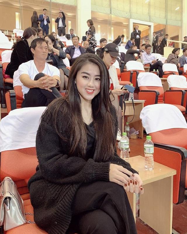 Nữ CĐV xinh đẹp xuất hiện trên khán đài trận Việt Nam - UAE: Tưởng người lạ hóa ra người quen, từng làm việc cùng Trâm Anh - Ảnh 3.