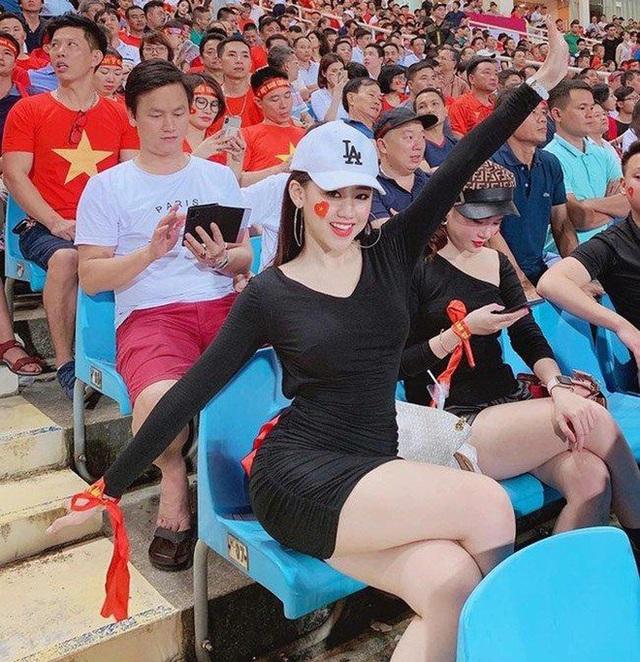 Nữ CĐV xinh đẹp xuất hiện trên khán đài trận Việt Nam - UAE: Tưởng người lạ hóa ra người quen, từng làm việc cùng Trâm Anh - Ảnh 7.