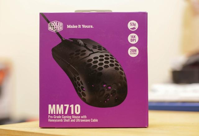 Trên tay chuột gaming nhẹ nhất thế giới CoolerMaster MM710: Cầm như không cầm, tuyệt phẩm cho những ai ra mồ hôi tay - Ảnh 1.