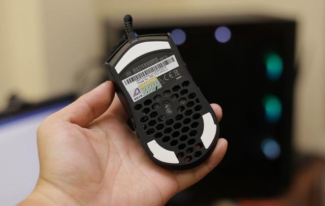 Trên tay chuột gaming nhẹ nhất thế giới CoolerMaster MM710: Cầm như không cầm, tuyệt phẩm cho những ai ra mồ hôi tay - Ảnh 9.