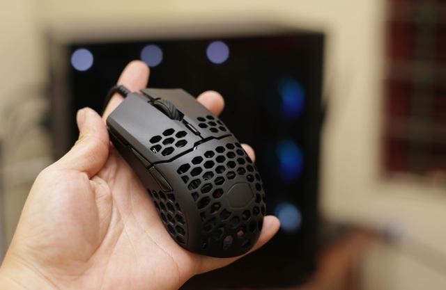 Trên tay chuột gaming nhẹ nhất thế giới CoolerMaster MM710: Cầm như không cầm, tuyệt phẩm cho những ai ra mồ hôi tay - Ảnh 12.