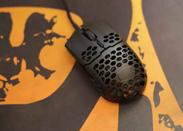 Trên tay chuột gaming nhẹ nhất thế giới CoolerMaster MM710: Cầm như không cầm, tuyệt phẩm cho những ai ra mồ hôi tay - Ảnh 8.