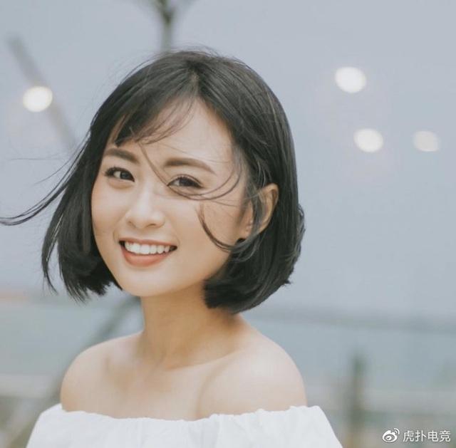 LMHT - MC Minh Nghi lại được báo chí Trung Quốc ca ngợi: Cô nàng trông thật gợi cảm và dễ thương với mái tóc ngắn - Ảnh 2.
