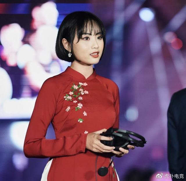 LMHT - MC Minh Nghi lại được báo chí Trung Quốc ca ngợi: Cô nàng trông thật gợi cảm và dễ thương với mái tóc ngắn - Ảnh 7.