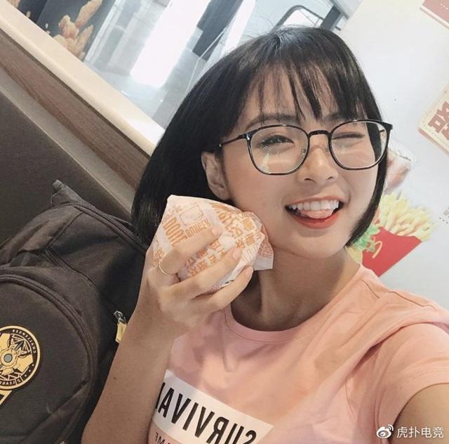 LMHT - MC Minh Nghi lại được báo chí Trung Quốc ca ngợi: Cô nàng trông thật gợi cảm và dễ thương với mái tóc ngắn - Ảnh 10.