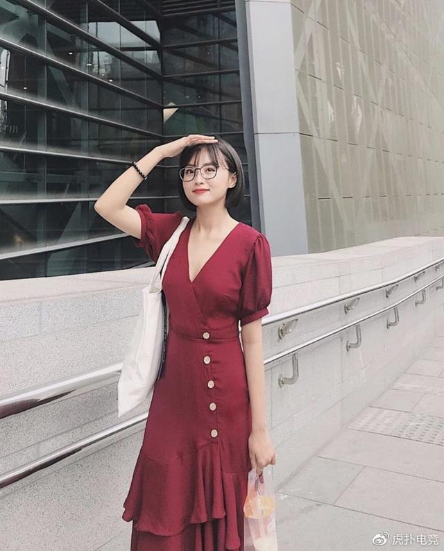 LMHT - MC Minh Nghi lại được báo chí Trung Quốc ca ngợi: Cô nàng trông thật gợi cảm và dễ thương với mái tóc ngắn - Ảnh 12.