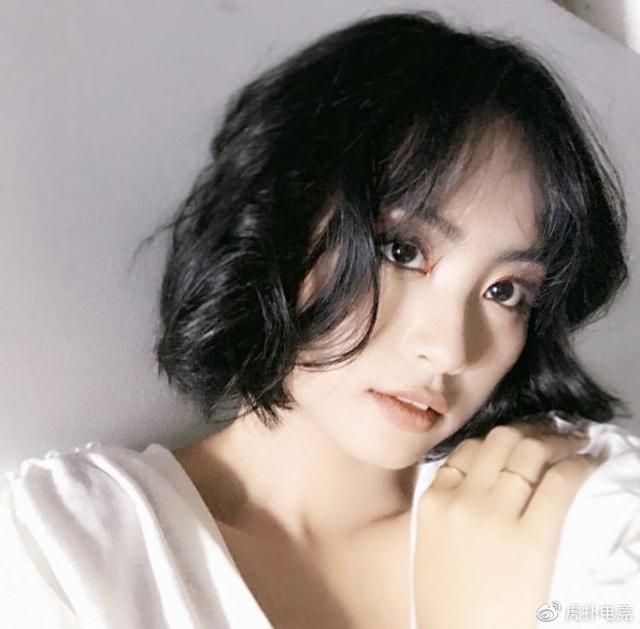 LMHT - MC Minh Nghi lại được báo chí Trung Quốc ca ngợi: Cô nàng trông thật gợi cảm và dễ thương với mái tóc ngắn - Ảnh 15.
