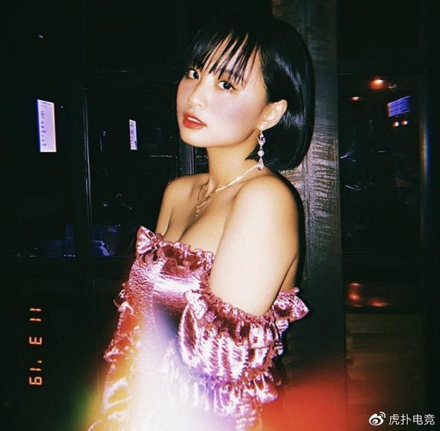 LMHT - MC Minh Nghi lại được báo chí Trung Quốc ca ngợi: Cô nàng trông thật gợi cảm và dễ thương với mái tóc ngắn - Ảnh 17.