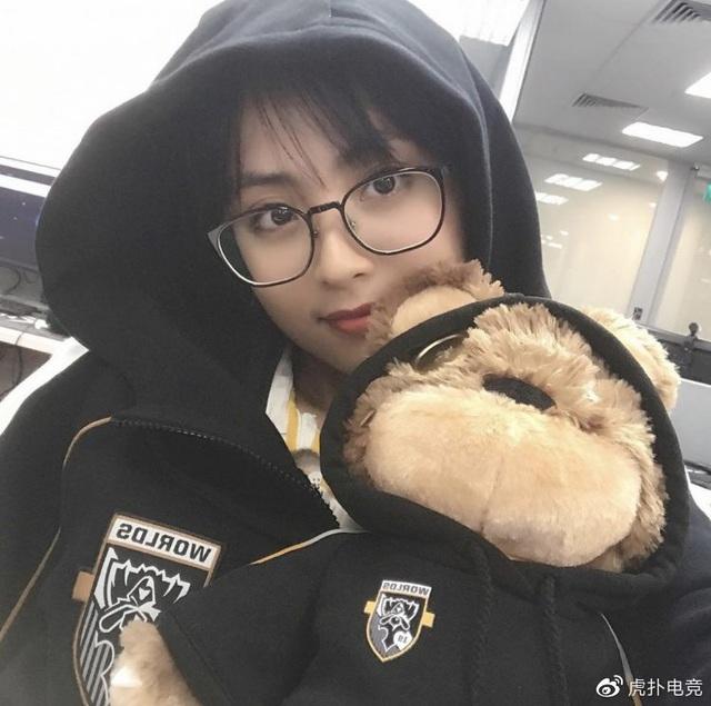LMHT - MC Minh Nghi lại được báo chí Trung Quốc ca ngợi: Cô nàng trông thật gợi cảm và dễ thương với mái tóc ngắn - Ảnh 22.