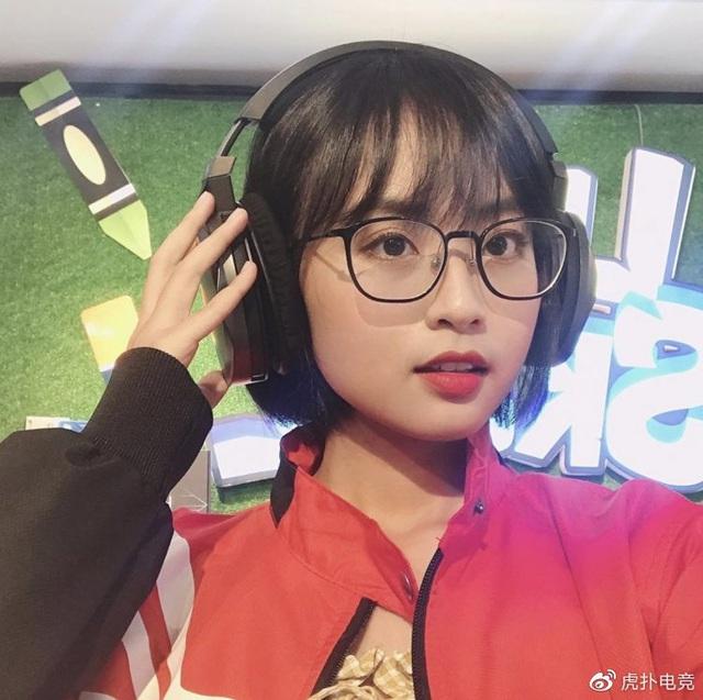 LMHT - MC Minh Nghi lại được báo chí Trung Quốc ca ngợi: Cô nàng trông thật gợi cảm và dễ thương với mái tóc ngắn - Ảnh 23.