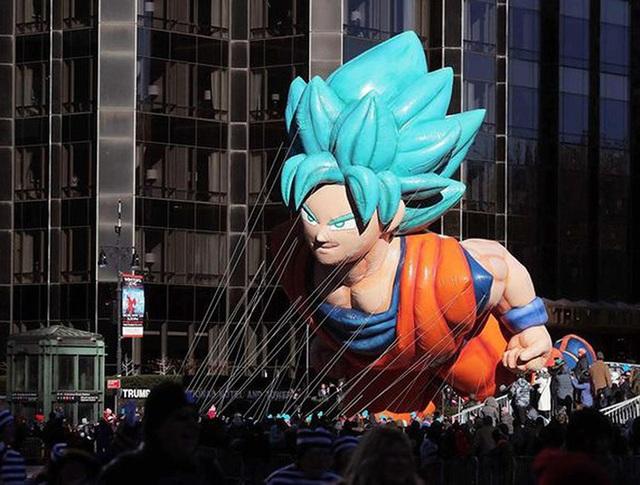 Son Goku siêu to khổng lồ tiếp tục xuất hiện trong ngày lễ tạ ơn tại Mỹ - Ảnh 1.