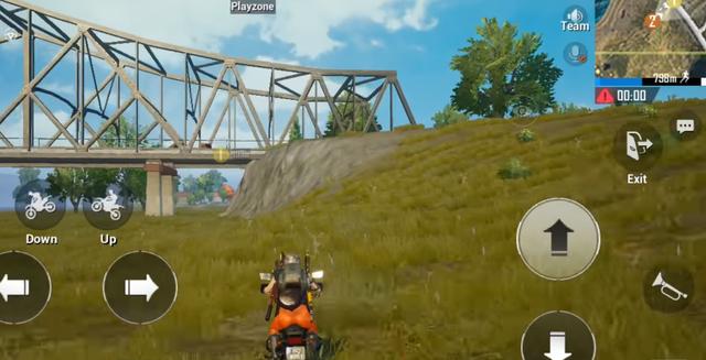 Rợn người khi xem màn leo đỉnh cầu bằng xe 2 bánh như trong game PUBG Mobile - Ảnh 1.