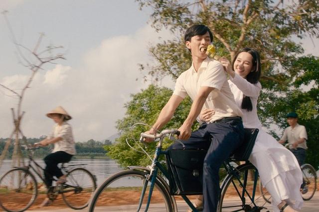 Đại chiến phim Việt cuối năm: Mắt Biếc với Chị Chị Em Em, thanh xuân tươi sáng hay tình tay ba đen tối? - Ảnh 1.