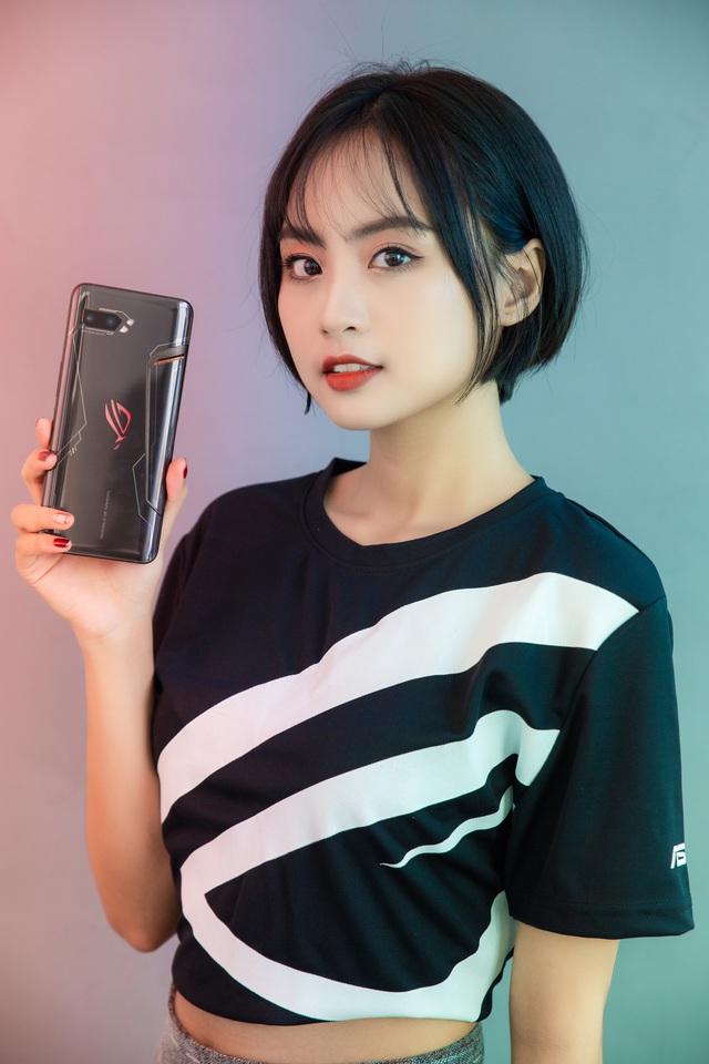 Ngắm bộ ảnh 2 mỹ nữ game thủ Minh Nghi và Hạ Mi đọ dáng bên smartphone chiến game ngon nhất 2019 - Ảnh 2.