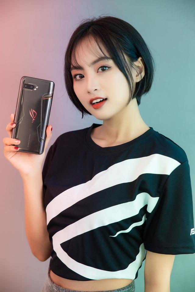 Ngắm bộ ảnh 2 mỹ nữ game thủ Minh Nghi và Hạ Mi đọ dáng bên smartphone chiến game ngon nhất 2019 - Ảnh 1.