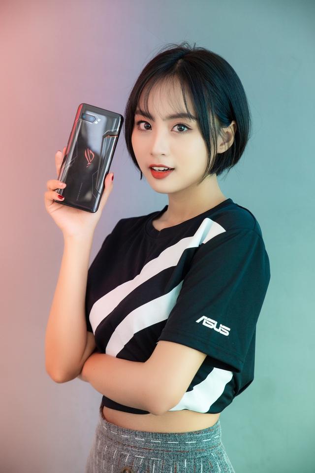 Ngắm bộ ảnh 2 mỹ nữ game thủ Minh Nghi và Hạ Mi đọ dáng bên smartphone chiến game ngon nhất 2019 - Ảnh 12.