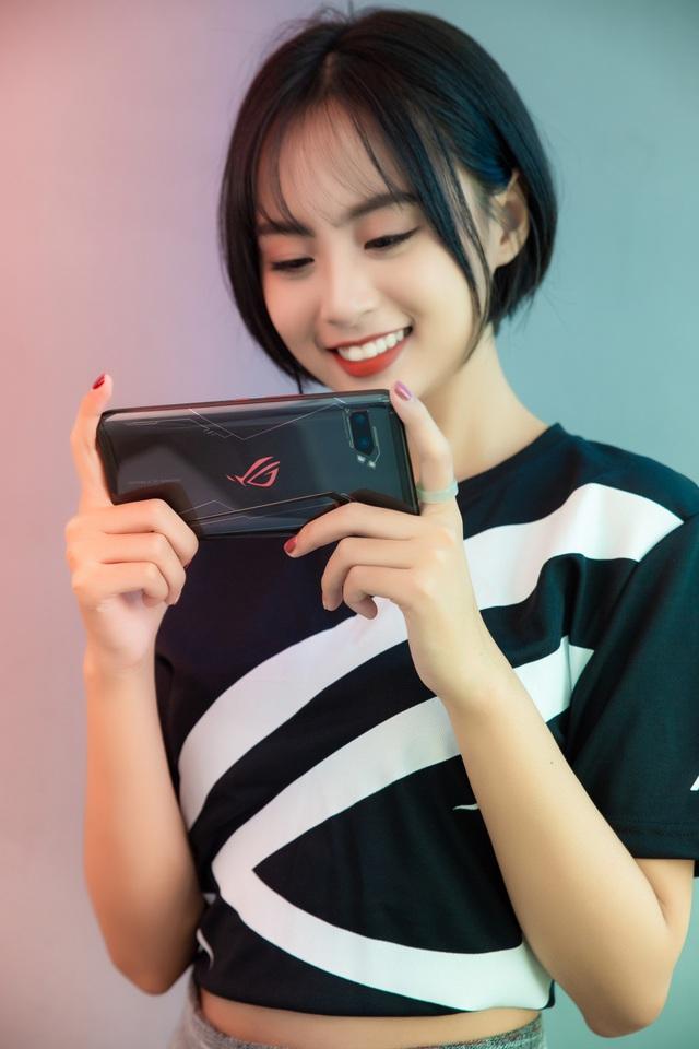 Ngắm bộ ảnh 2 mỹ nữ game thủ Minh Nghi và Hạ Mi đọ dáng bên smartphone chiến game ngon nhất 2019 - Ảnh 10.