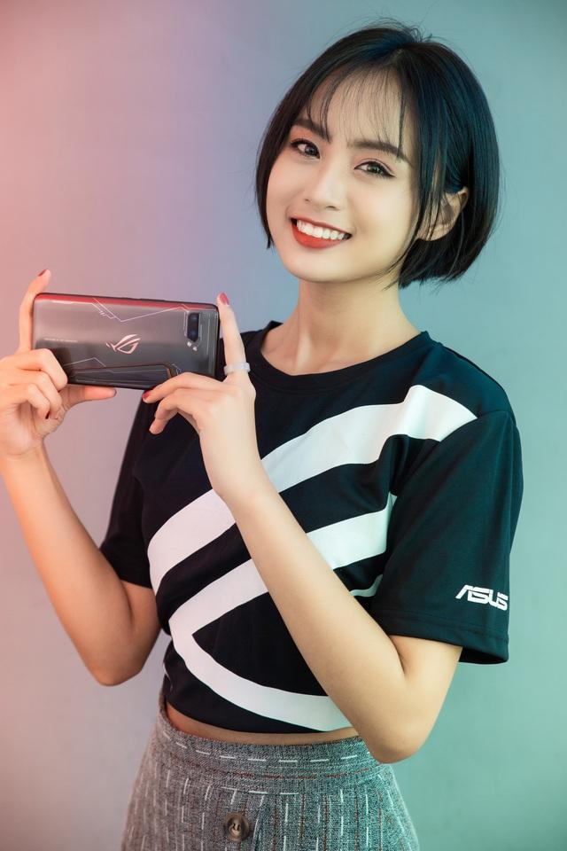 Ngắm bộ ảnh 2 mỹ nữ game thủ Minh Nghi và Hạ Mi đọ dáng bên smartphone chiến game ngon nhất 2019 - Ảnh 9.